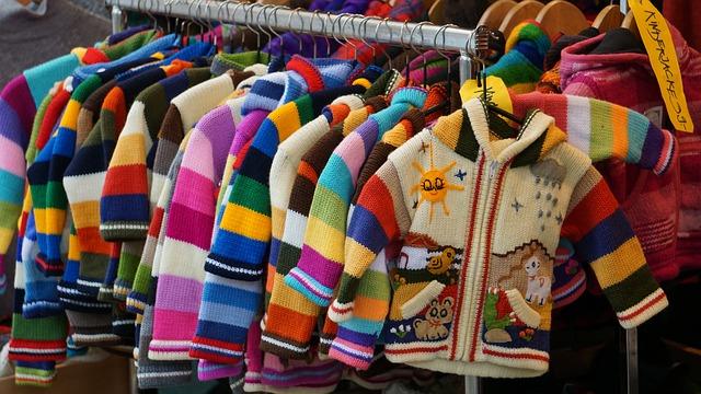 Burro de ropa lleno de jerseys