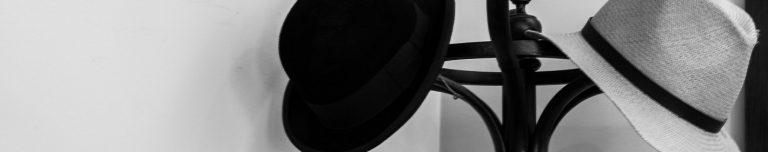 Perchero de pie sombreros blanco y negro